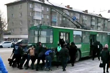 Троллейбус № 22 не мог самостоятельно съехать с места