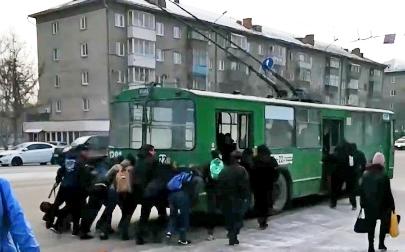 Видео: пассажирам пришлось толкать троллейбус на улице Трикотажной