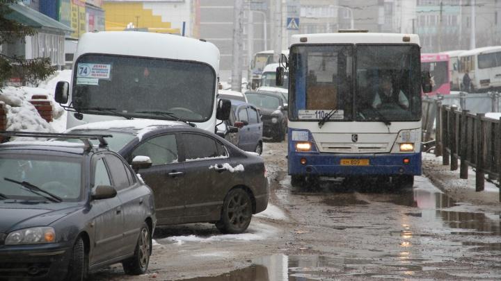 Мэр Уфы потребовал от подчиненных объяснить, почему люди не могут уехать с остановок по полчаса
