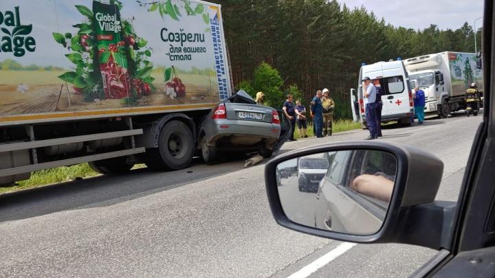 Врезался в один грузовик и отлетел в другой: в ДТП на ЕКАД погибли два человека