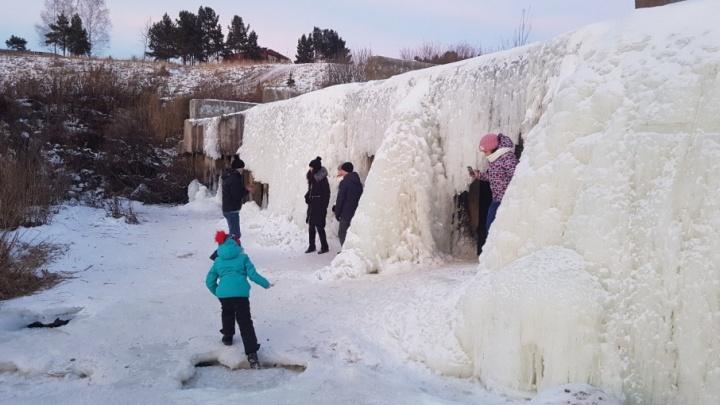 Курганцы отправились посмотреть на замерзший водопад в поселке Балки