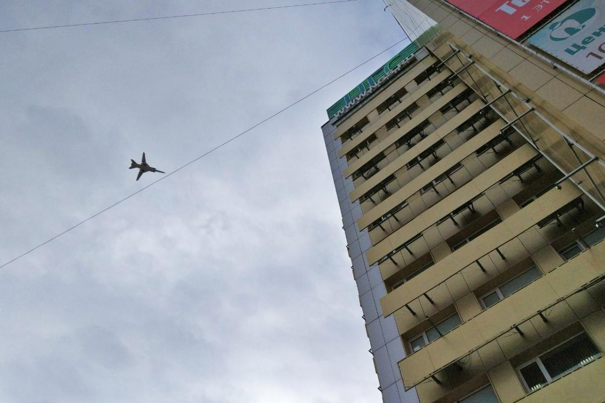 Самолёт пролетел над городом на небольшой высоте