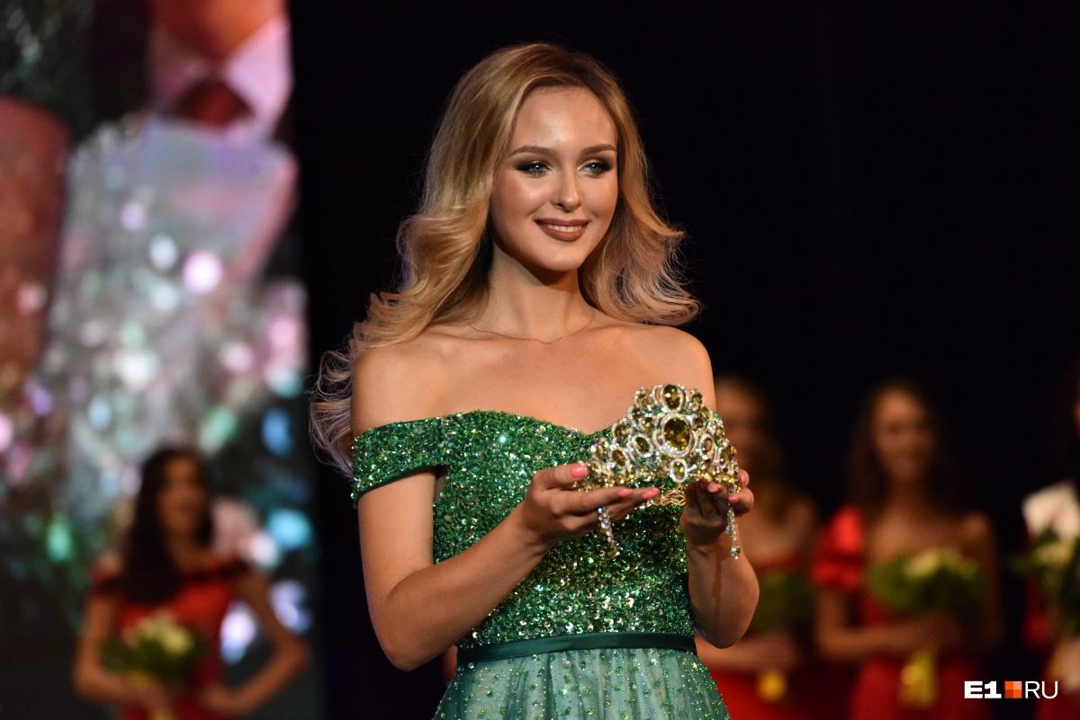 А вот и интрига перед главным моментом. «Мисс Екатеринбург — 2017» Анастасия Каунова вышла на сцену, чтобы передать корону новой Мисс