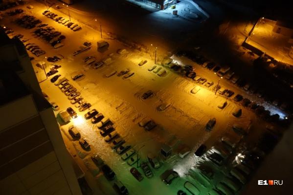Парковка, которую сделали платной, практически пустая