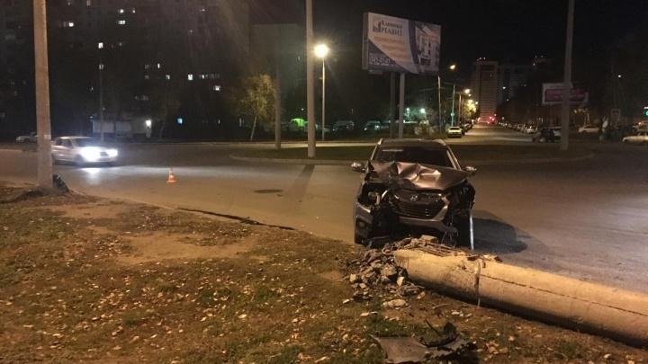 Не уступил дорогу: на Димитрова водитель Hyundai снес столб рядом с остановкой