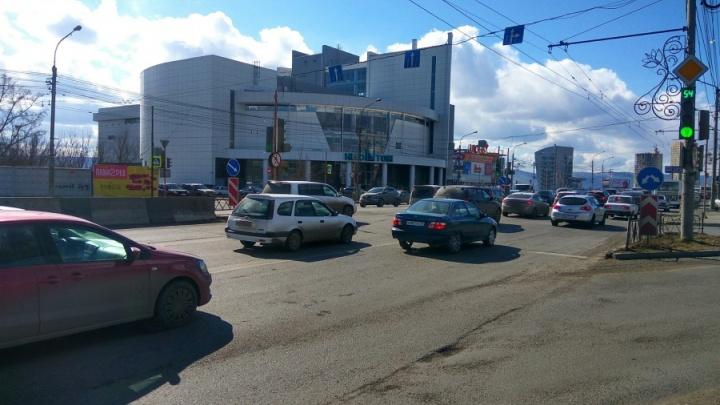 Дорожники запретили поворот у ТЦ «Июнь» и собрались повесить туда камеру