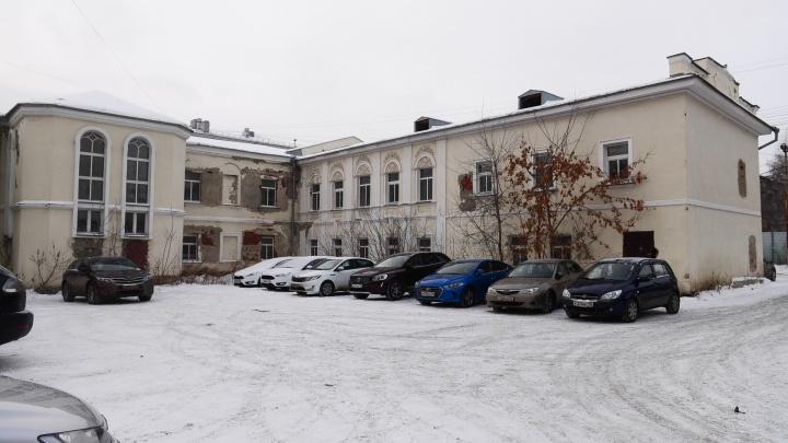 «Уже закрывали в 2016 году»: платная парковка во дворе лепного дворца на Попова оказалась незаконной