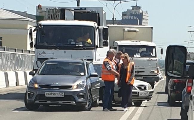 «Сигналили, нервничали и ползли»: мусоровоз и легковушка заблокировали дорогу в центре Волгограда
