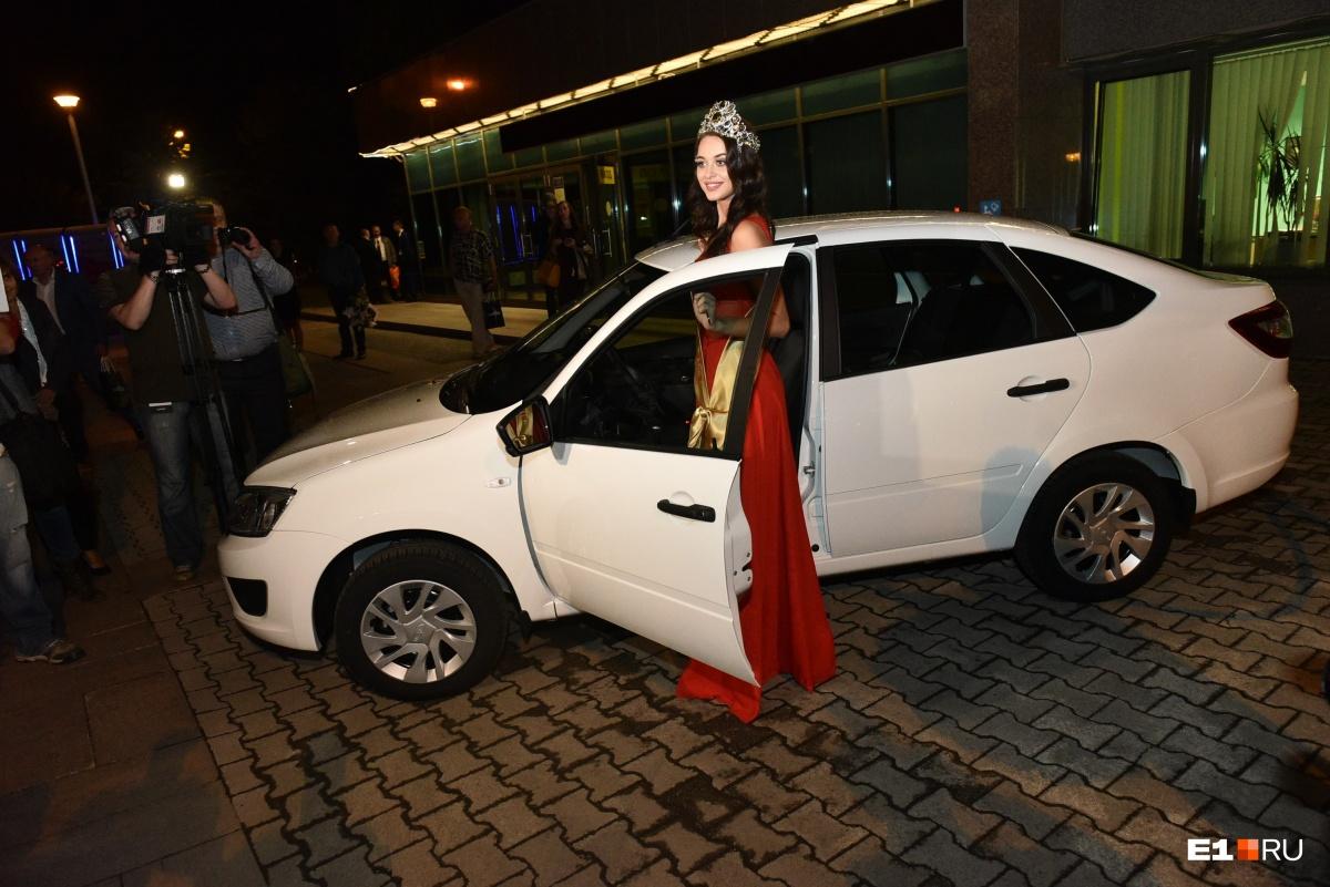 Победительница получила не только корону, но и машину