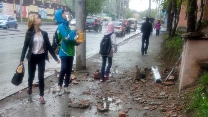 Крупные куски дома на Учительской обрушились на тротуар