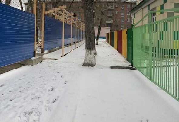 На правом берегу начали строить восьмиэтажку вплотную к детскому саду