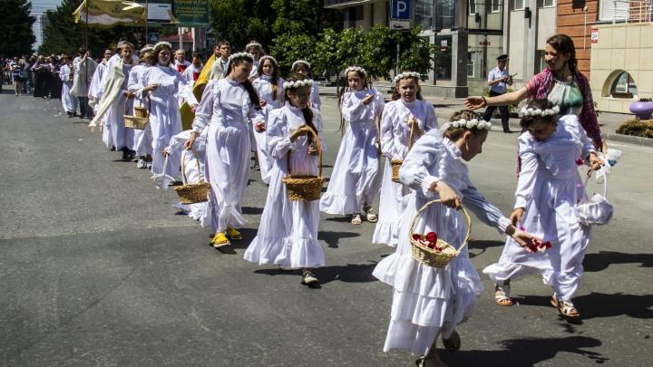 Новосибирцы во время крестного хода разбросали по центру города лепестки роз