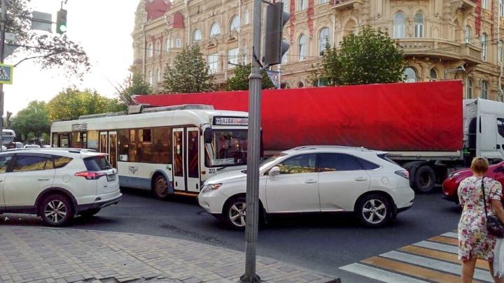 Из-за аварии с троллейбусом и фурой центр Ростова встал в 7-балльных пробках