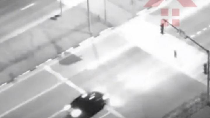 Пролетел несколько метров: в Ярославле ночью сбили мужчину. Видео