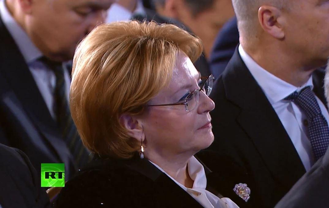 Министр здравоохранения Вероника Скворцова внимательно слушает президента