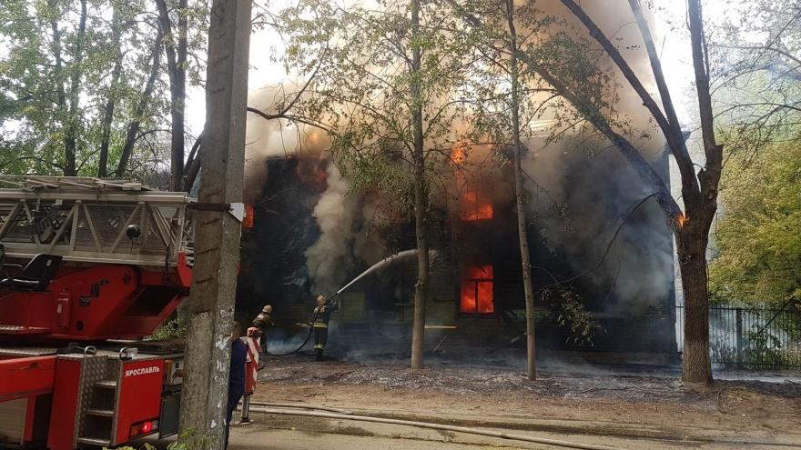 «Эвакуировали детей из садика»: в Ярославле случился крупный пожар