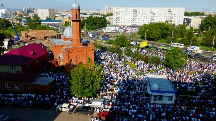 Тысячи мусульман Красноярска заполонили улицы на праздник Ураза-байрам (сверху виднее)