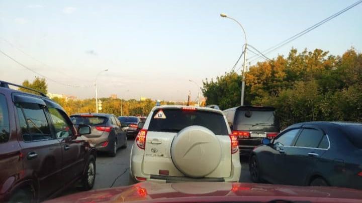Новосибирцы опаздывают на работу из-за 7-километровой пробки на Большевистской