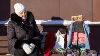 «Там бомбёжка, грохот, ужас»: бабушка с Украины вяжет и продаёт носки, чтобы выжить в Челябинске