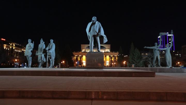В пылающем плаще: памятнику Ленину в центре Новосибирска сделали подсветку