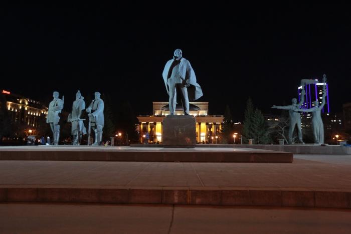 Прожекторы подсвечивают всю архитектурную композицию на площади Ленина