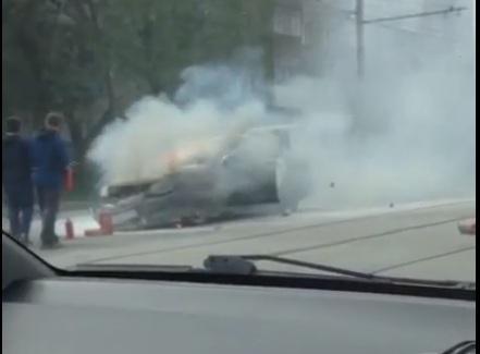 Видео: в Новосибирске загорелся автомобиль «Яндекс такси»