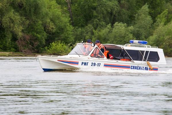 Случай произошёл в Ордынском районе — на мель сел катер с водителем и тремя детьми