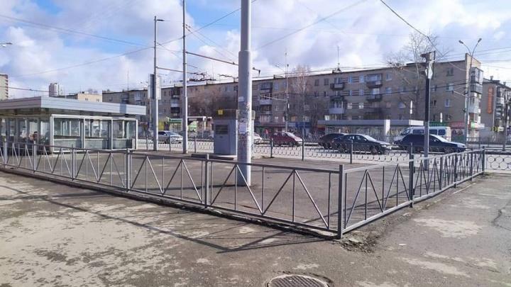 «Похоже на могильную оградку»: возле метро на Уралмаше поставили забор, защищающий от террористов