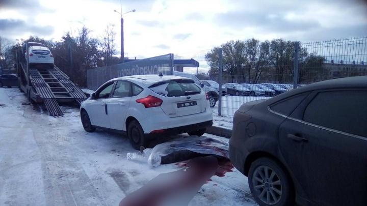В Челябинске при разгрузке новой иномарки с автовоза погиб мужчина