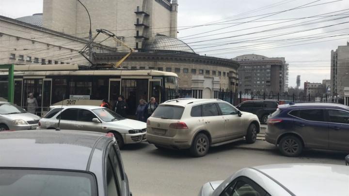 «Фольксваген» встал на пути трамвая № 13: на помощь приехал эвакуатор