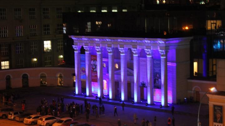 Кинотеатр«Победа» загорелся синим в поддержку людей с аутизмом