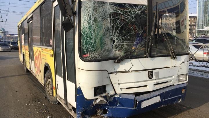 Разбитые окна и фары: маршрутка, автобус и «Мерседес» не поделили дорогу на Гоголя