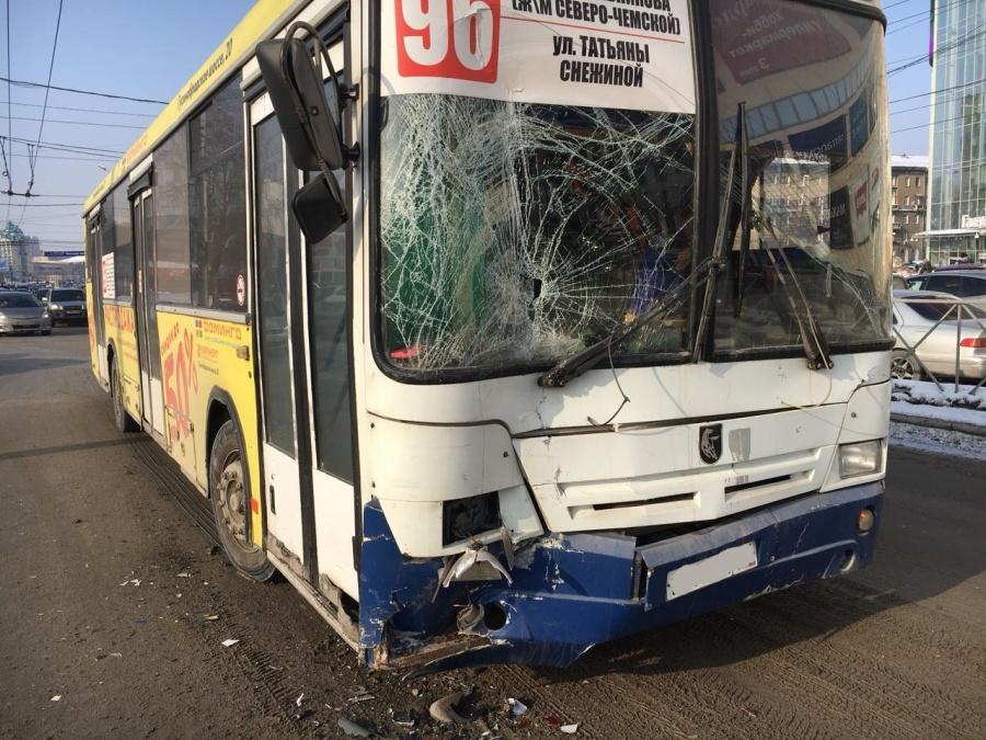 ДТП в Новосибирске: столкнулись маршрутка, автобус и «Мерседес»