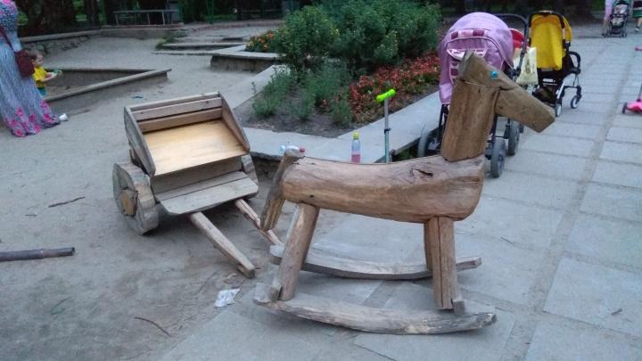 В дендропарк возле УрФУ вернулась деревянная лошадка, которую украла екатеринбургская поэтесса