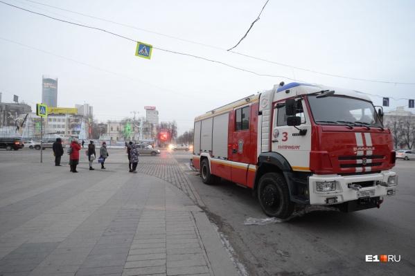 Автомобиль пожарных у здания мэрии Екатеринбурга
