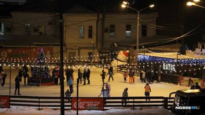 Лёд — на том же месте через год: в Омске открыли каток на Бударина