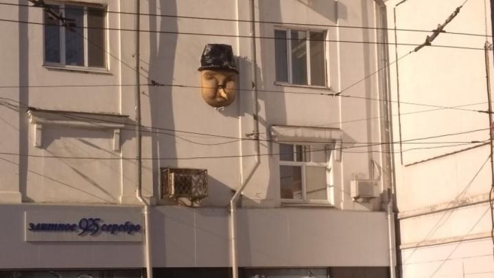 «А изо рта торчит нога!»: необычный арт-объект появился на фасаде дома на Мичурина — Полевой
