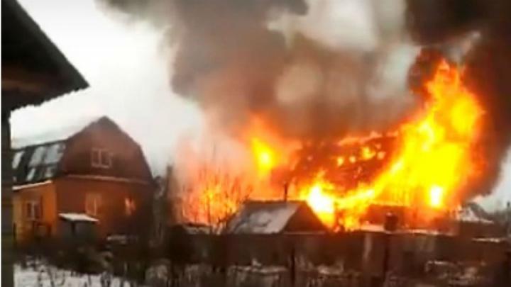 В Уфе сгорело два дома: в огне пострадал пенсионер