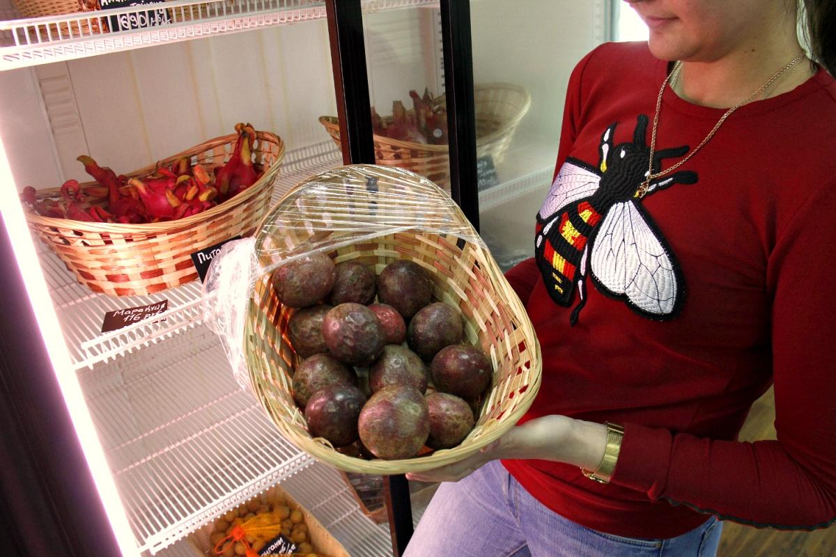 Цены на фрукты в магазине деликатно указаны за 100 грамм