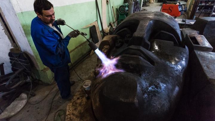 «Эрнст Неизвестный назвал меня сумасшедшим»: экскурсия по мастерской, где делают «Маски скорби»