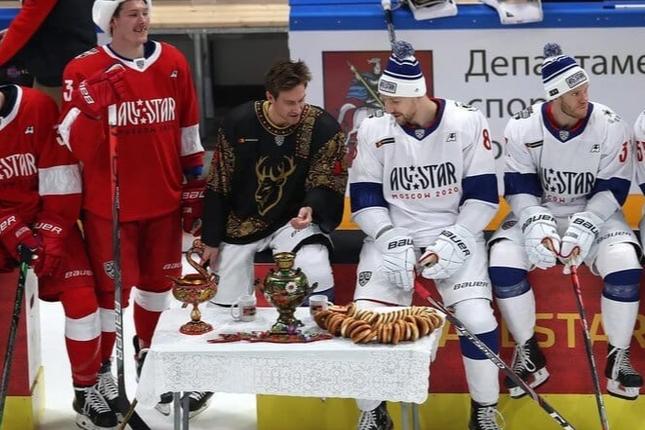 Баранки и хохломская роспись: нижегородский колорит на московском льду