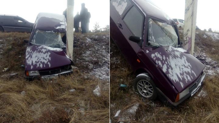 Уходящий от аварии с девушкой ВАЗ улетел в кювет и разбился об столб