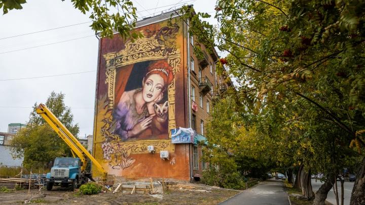 На доме в тихом центре нарисовали 18-метровую хранительницу Сибири с соболем