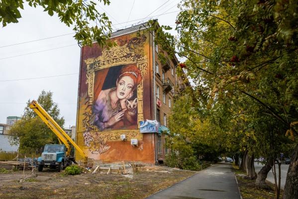 Девушка с соболем символизирует хранительницу Сибири, объяснила автор рисунка Марина Ягода