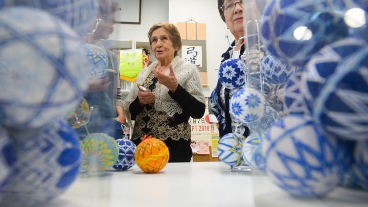 Игрушки против Альцгеймера: 78-летняя екатеринбурженка научилась вышивать новогодние шары по-японски