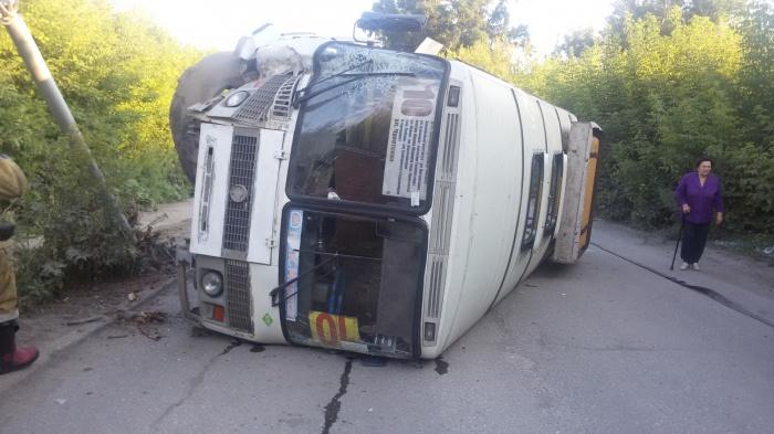 Автобус лёг на бок на ул. Беловежской