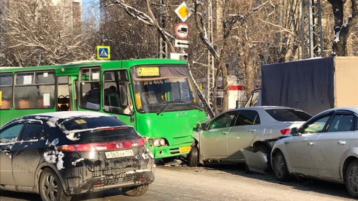 Перекресток заблокирован: на Белинского — Циолковского произошло массовое ДТП с маршруткой