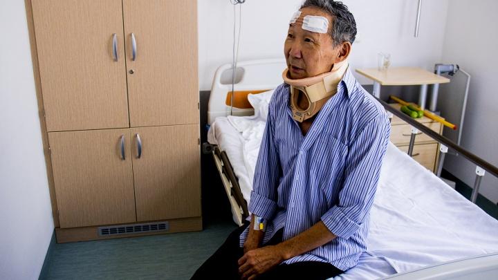 Один на 100 тысяч: врачи вылечили мужчину, который спотыкался из-за редкой болезни
