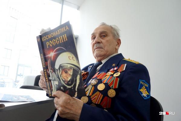 Владимир Павлович Симиндей — настоящий гагариновед из Архангельска. Его очень вдохновляет тема космоса, и биографию Гагарина он воспроизводит, как свою. Более того — был знаком с ним