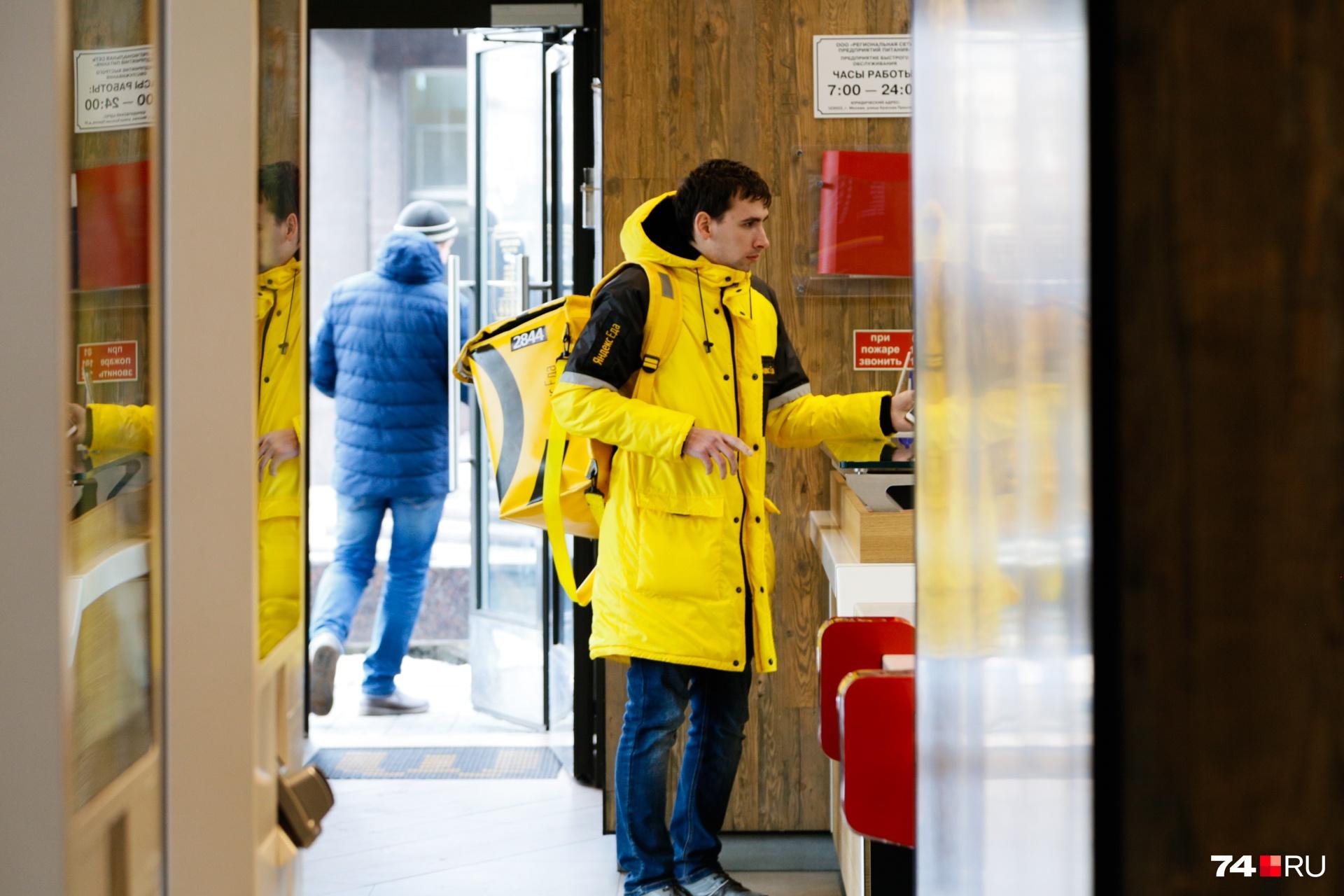 Доставщики ходят со специальными рюкзаками, в которых еда остаётся горячей